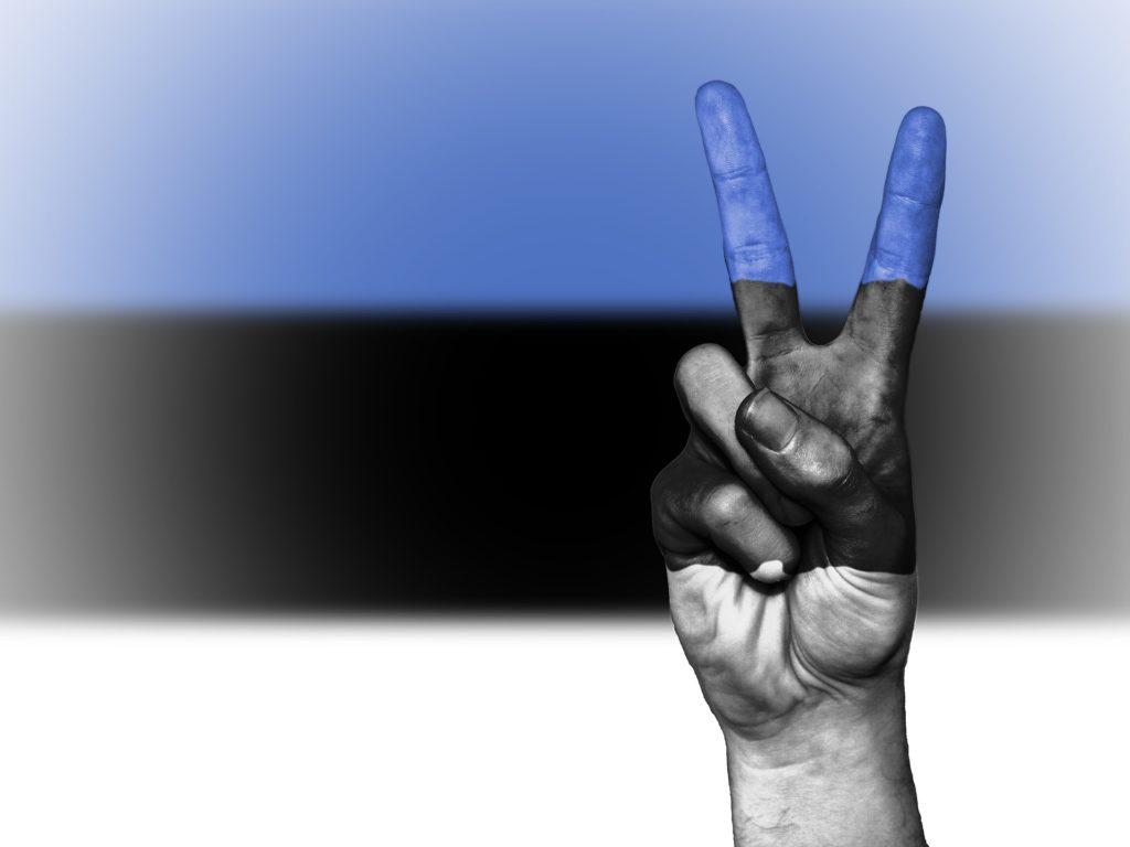 エストニアの国旗とピースサイン