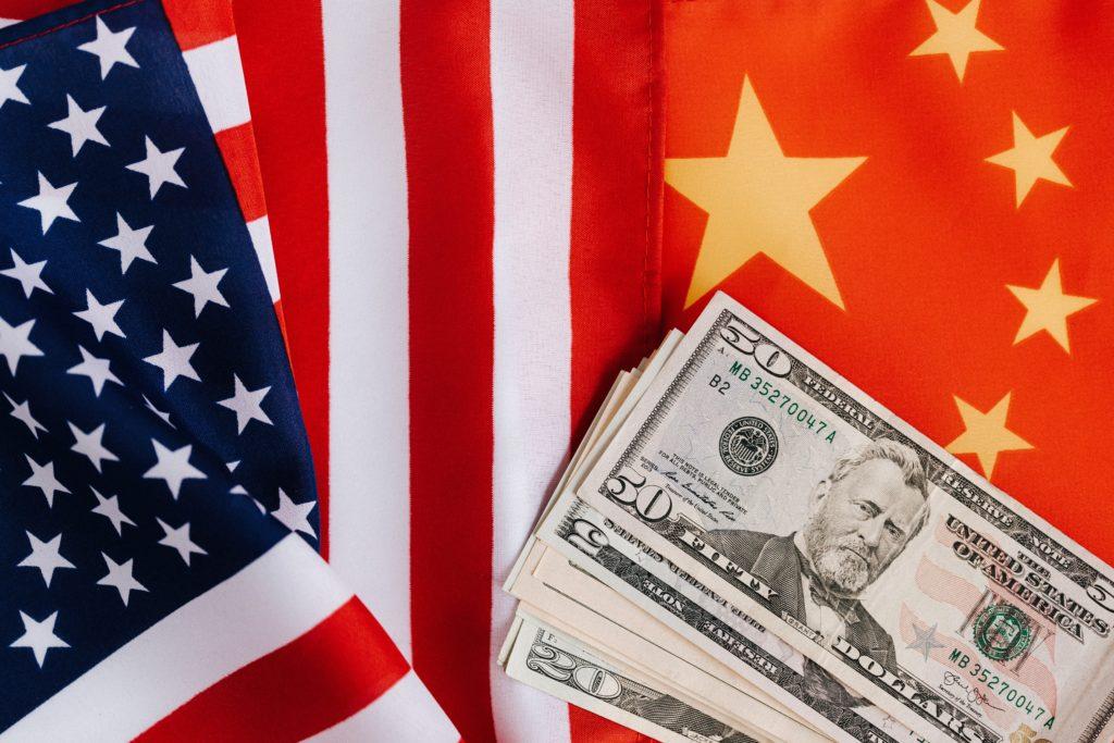 中国とアメリカの国旗、ドル紙幣